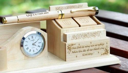 Lịch gỗ để bàn in khắc laser giá rẻ lấy ngay tại Hà Nội